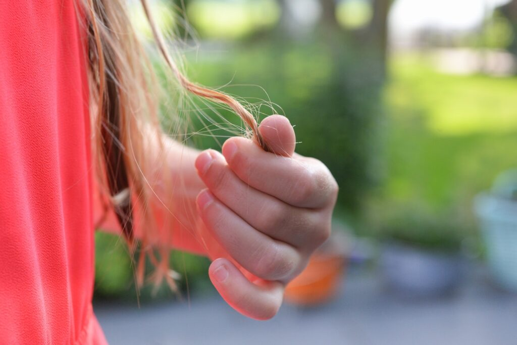 shallow-focus-photography-of-hand